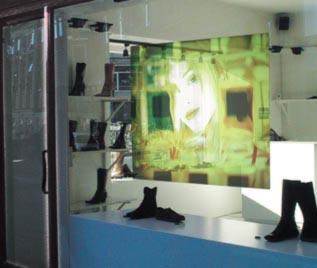 Ecco uno schermo olografico applicato sulla vetrina di un negozio